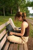 Estudiante que trabaja en la computadora portátil Imagen de archivo libre de regalías