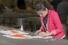 Estudiante que trabaja en maquette Fotos de archivo libres de regalías