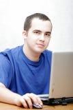 Estudiante que trabaja en su computadora portátil Imagen de archivo