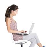 Estudiante que trabaja en un ordenador portátil Imagenes de archivo