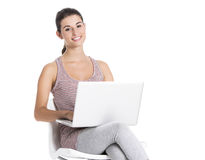 Estudiante que trabaja en un ordenador portátil Foto de archivo