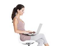 Estudiante que trabaja en una computadora portátil Fotografía de archivo libre de regalías