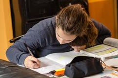 Estudiante que trabaja su lección Imagenes de archivo