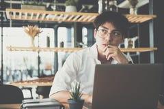 Estudiante que usa el ordenador para aprender el leasson en línea en el café Estrella fotografía de archivo