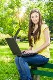 Estudiante que usa el ordenador portátil Foto de archivo libre de regalías