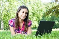 Estudiante que usa el ordenador portátil Fotografía de archivo