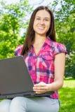 Estudiante que usa el ordenador portátil Imágenes de archivo libres de regalías
