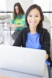 Estudiante que usa el ordenador portátil Imagenes de archivo
