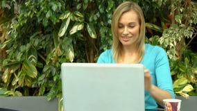 Estudiante que usa el ordenador portátil afuera en campus almacen de metraje de vídeo