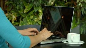 Estudiante que usa el ordenador portátil afuera en campus almacen de video