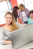 Estudiante que usa el ordenador portátil en sala de clase Foto de archivo libre de regalías