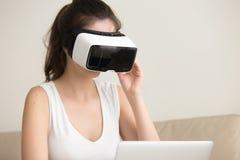 Estudiante que usa la realidad aumentada para estudiar Foto de archivo libre de regalías