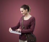 Estudiante que usa la tableta digital Imagen de archivo libre de regalías