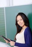 Estudiante que usa la tableta-PC en sala de clase Imagen de archivo libre de regalías