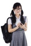 Estudiante que usa smartphone Foto de archivo