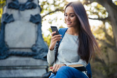 Estudiante que usa smartphone Imagen de archivo