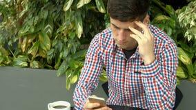Estudiante que usa smartphone afuera en campus almacen de video