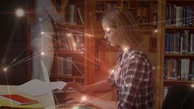 Estudiante que usa su ordenador portátil en la biblioteca rodeada por las conexiones de datos metrajes