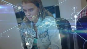Estudiante que usa un ordenador portátil rodeado por las conexiones de datos almacen de video