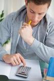 Estudiante que usa una calculadora Imagen de archivo libre de regalías