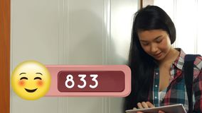 Estudiante que usa una tableta en el armario ilustración del vector