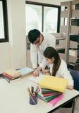 Estudiante Reading Book Foto de archivo