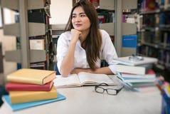 Estudiante Reading Book Imagen de archivo libre de regalías