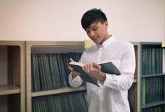 Estudiante Reading Book Foto de archivo libre de regalías