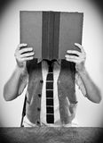 Estudiante Reading Book Imágenes de archivo libres de regalías