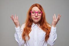 Estudiante rojo frustrado del pelo en vidrios rosados Imagen de archivo libre de regalías