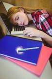 Estudiante rubio que duerme en el ordenador portátil Foto de archivo