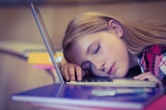 Estudiante rubio que duerme en el ordenador portátil Fotografía de archivo libre de regalías
