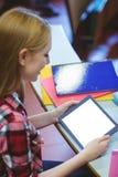 Estudiante rubio que usa la tableta durante clase Fotos de archivo libres de regalías