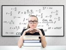 Estudiante rubio serio, libros, fórmula Fotos de archivo