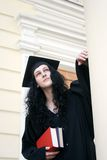 Estudiante serio joven en vestido cerca de la universidad Fotos de archivo