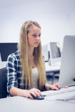 Estudiante serio que trabaja en el ordenador Fotografía de archivo libre de regalías