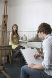 Estudiante Sketching Model In Art Class Imágenes de archivo libres de regalías