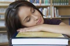 Estudiante Sleeping On Book foto de archivo