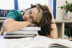 Estudiante Sleeping de la High School secundaria en biblioteca imagenes de archivo