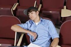 Estudiante Sleeping en sala de clase foto de archivo libre de regalías