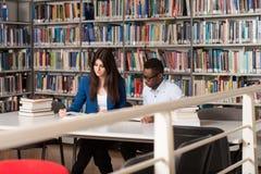 Estudiante Sleeping In Library imagenes de archivo