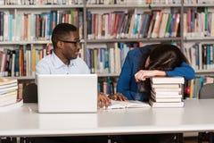 Estudiante Sleeping In Library imágenes de archivo libres de regalías