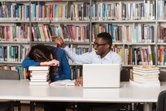 Estudiante Sleeping In Library fotografía de archivo libre de regalías