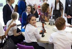 Estudiante Smiling de la escuela en la cámara durante la lección Imagen de archivo libre de regalías