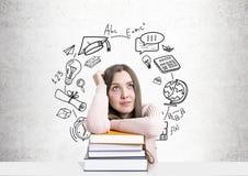 Estudiante soñador con una pila de libros, educación Foto de archivo libre de regalías