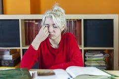 Estudiante soñoliento aburrido y cansado hermoso que bosteza en el morni Imágenes de archivo libres de regalías