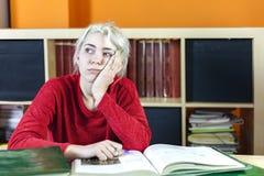 Estudiante soñoliento aburrido y cansado hermoso que bosteza en el morni Imagen de archivo libre de regalías