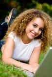 Estudiante sonriente afuera Imagen de archivo