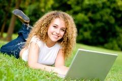 Estudiante sonriente afuera Fotografía de archivo libre de regalías