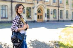 Estudiante sonriente bonito joven en ropa casual con el backp Foto de archivo libre de regalías